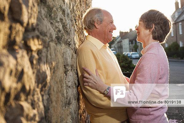 Mann und Frau lachend auf der Straße