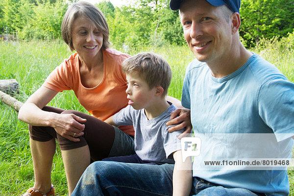 Porträt von Eltern und Sohn im Freien