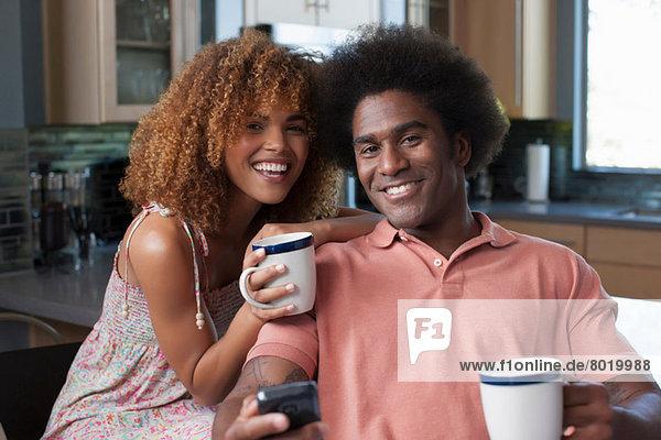 Mittlere erwachsene Frau und reifer Mann mit Kaffeetassen  Portrait
