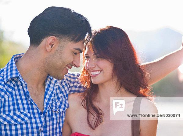 Junges Paar lächelt sich an  Nahaufnahme