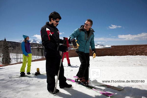 Erwachsener Mann mit Skilehrer auf der Piste