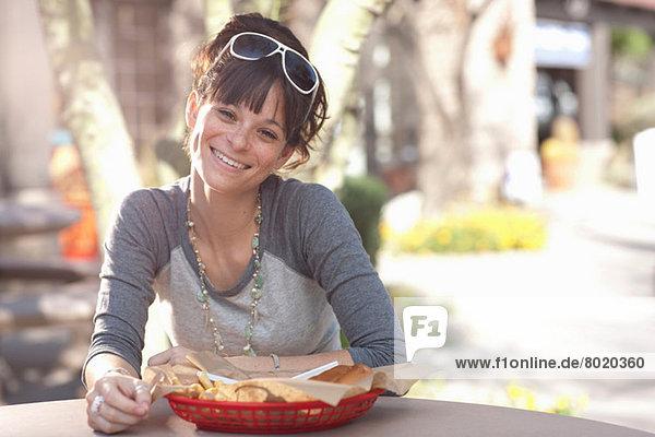 Junge Frau im Außencafé  Portrait