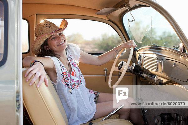 Junge Frau sitzend im Auto auf Roadtrip  Portrait