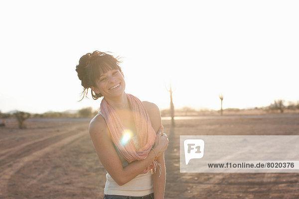 Junge Frau steht in der Wüste  Porträt