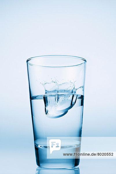 In ein Glas Wasser fallende Tabletten