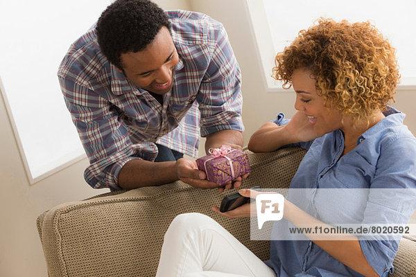 Mann schenkt Frau Geschenkschachtel