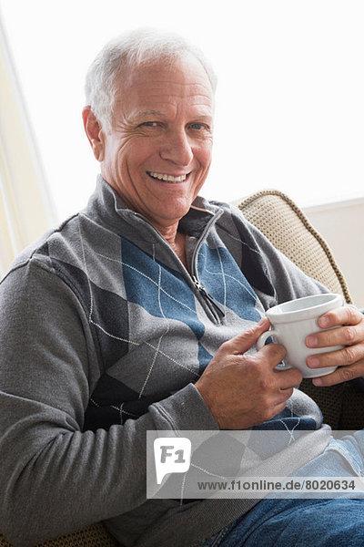 Senior Mann mit Tasse Kaffee