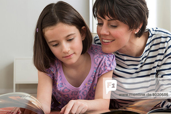 Tochter Lesebuch mit Mutter
