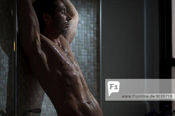 Mittlerer Erwachsener Mann beim Duschen Mittlerer Erwachsener Mann beim Duschen