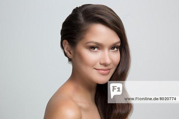 Porträt einer Frau mit braunen Haaren  lächelnd