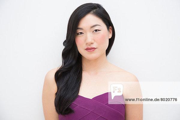 Porträt einer Frau mit lilafarbenem Oberteil