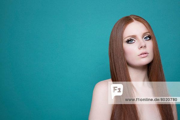 Porträt einer Frau mit langen roten Haaren