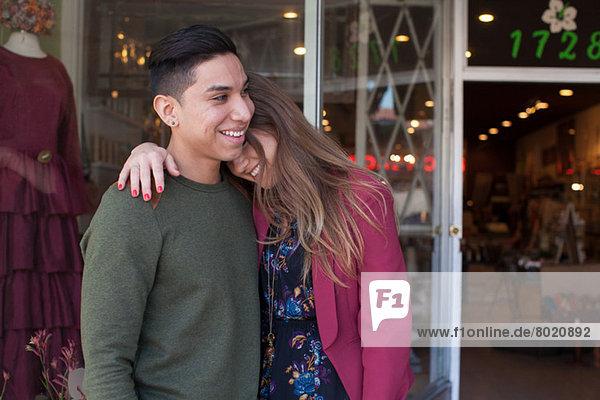 Junges Paar vor dem Vintage-Shop