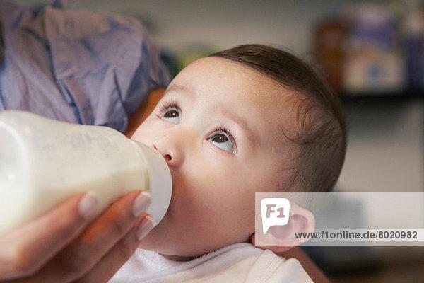 Baby Mädchen trinkt Milchflasche