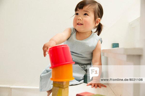 Weibliches Kleinkind auf der Treppe Gebäudeturm