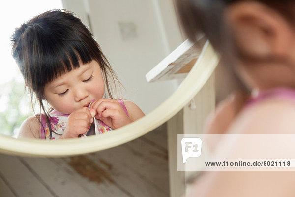 Spiegelporträt von Kleinkindkleiderknöpfen