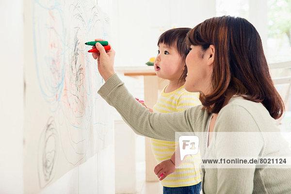 Mutter und Kleinkind zeichnen