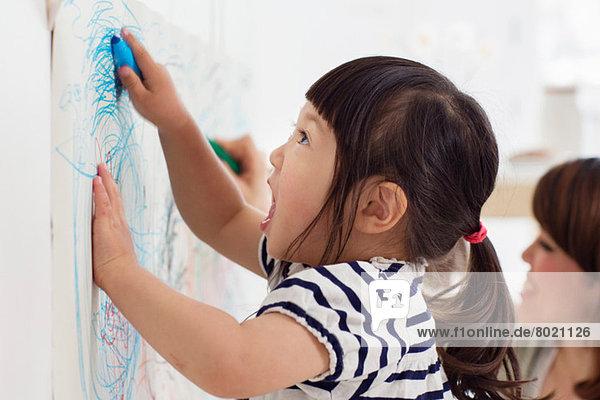 Nahaufnahme des weiblichen Kleinkindes beim Zeichnen