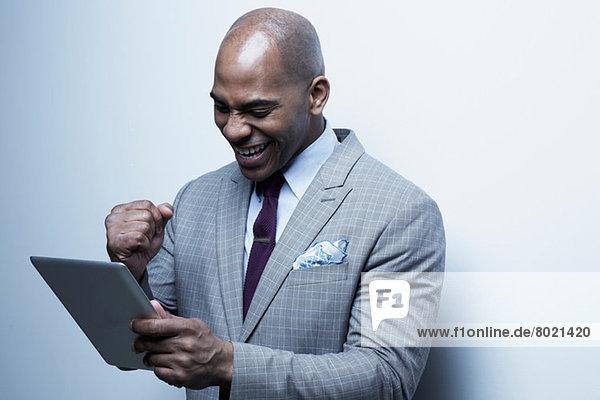 Studio-Porträt eines Geschäftsmannes mit digitalem Tablett