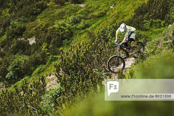 Mountainbiker auf einem steilen Bergpfad