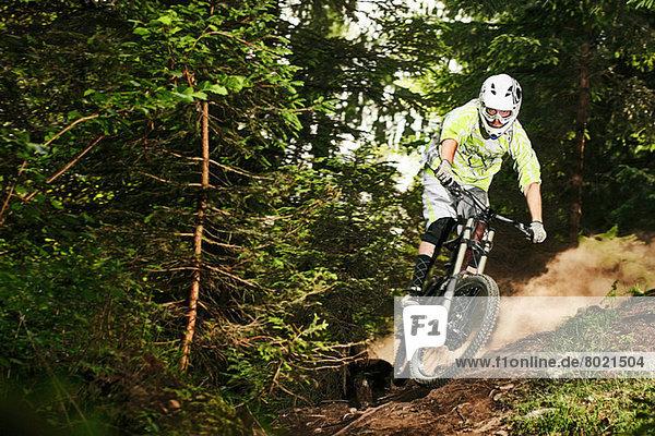 Mountainbiker beim Schleudern auf dem Waldweg