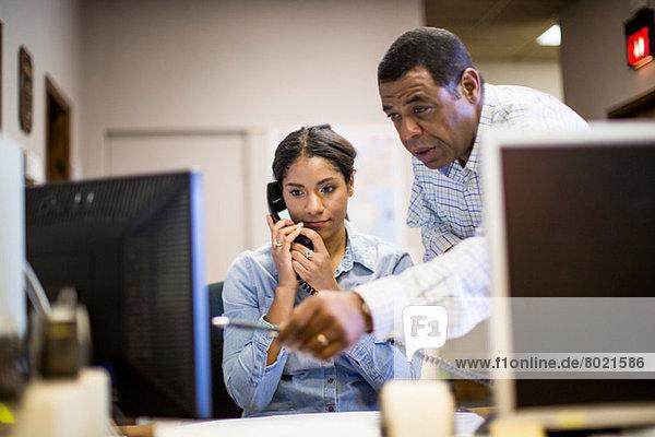 Kollegen im Büro mit Blick auf den Computerbildschirm