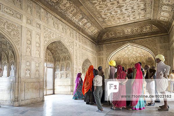 Indische Besuchergruppe  Marmor-Pavillon Khas Mahal  Rotes Fort