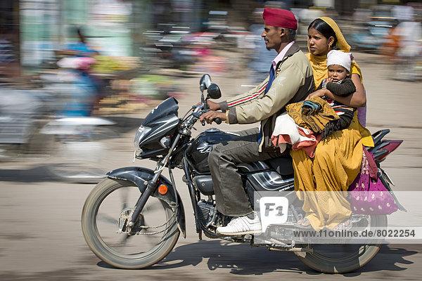 Indische Familie auf Motorrad
