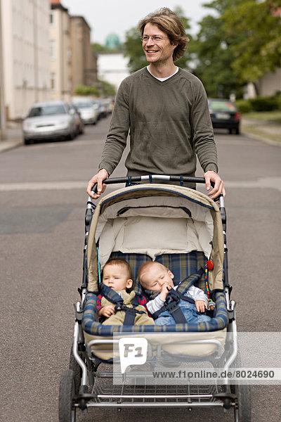nehmen gehen Menschlicher Vater Sohn jung 9 Monat alt