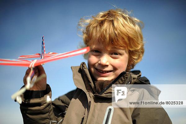 Junge mit Spielzeugflugzeug