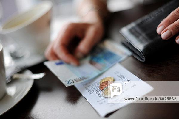 Bezahlen im Cafe