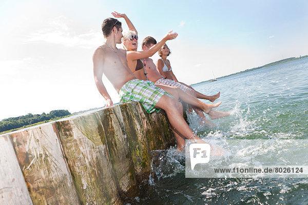 Junge Leute am Badestrand