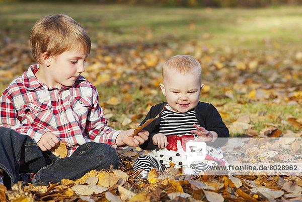Bruder Herbst Mädchen Baby spielen