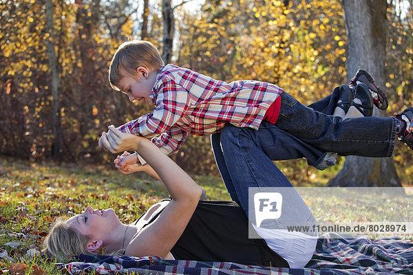 Spiel  Sohn  Herbst  jung  Mutter - Mensch