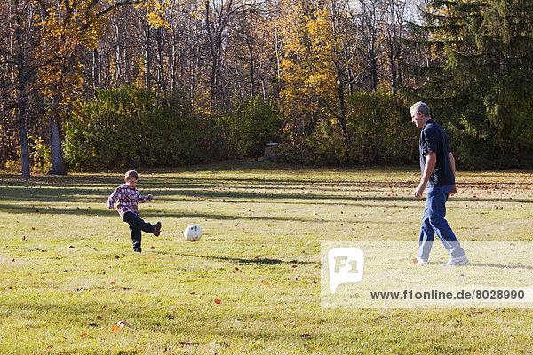 Spiel  Enkelsohn  Großvater  Herbst  Fußball