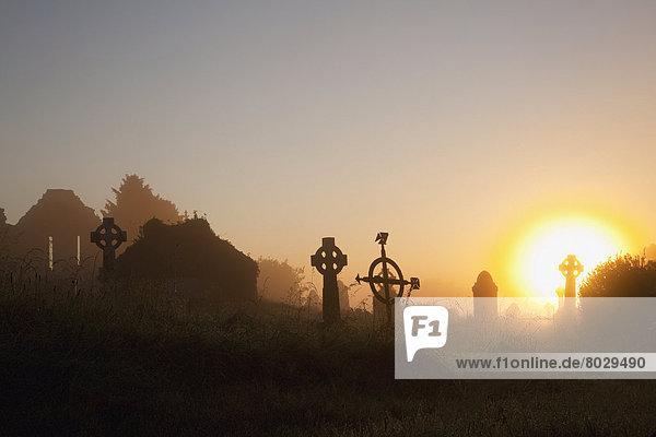 Silhouette  Sonnenaufgang  Friedhof  hoch  oben  Grabstein