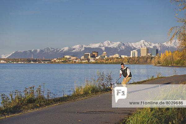 Jugendlicher  Amerika  ziehen  Junge - Person  Sonnenuntergang  folgen  fahren  Küste  Hund  Skateboard  Verbindung  Rottweiler  Alaska  Anchorage