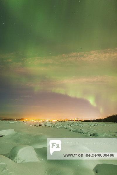 Skyline  Skylines  Winter  Amerika  Nacht  folgen  Beleuchtung  Licht  über  Küste  grün  Großstadt  Ansicht  Verbindung  glänzen  Polarlicht  Alaska  Anchorage  Schnee