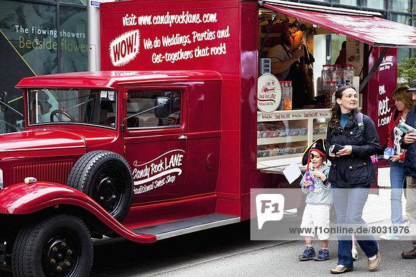 Lebensmittel  gehen  Straße  Lastkraftwagen  rot  Fußgänger
