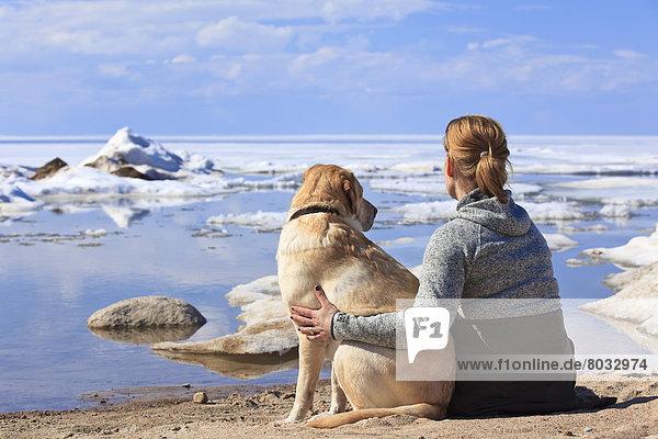 Frau gelb Hund Labrador Retriever Kanada Manitoba