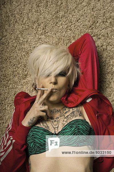 rauchen  rauchend  raucht  qualm  qualmend  qualmt  liegend  liegen  liegt  liegendes  liegender  liegende  daliegen  Frau  Tätowierung  Teppichboden  Teppich  Teppiche  blond rauchen, rauchend, raucht, qualm, qualmend, qualmt ,liegend, liegen, liegt, liegendes, liegender, liegende, daliegen ,Frau ,Tätowierung ,Teppichboden, Teppich, Teppiche ,blond