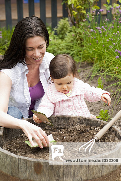 Außenaufnahme  Garten  Samen  Mutter - Mensch  anpflanzen