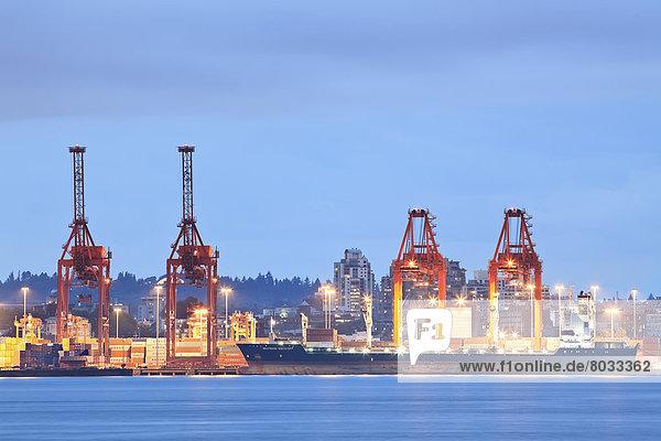 beladen  Hafen  Schiff  Ladung  British Columbia  Kanada  Abenddämmerung  Vancouver
