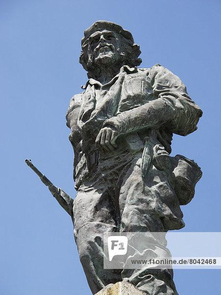 Upward view of sculpture  Santa Clara  Cuba