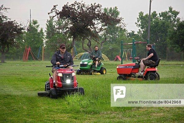 schneiden  Großstadt  Spielplatz  Gras  Menschengruppe  Menschengruppen  Gruppe  Gruppen  Schutz  Detroit  Michigan