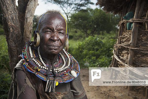 Senior  Senioren  Portrait  Frau  Kleidung  Tradition  Rift Valley  Kenia  Kenia  Volksstamm  Stamm