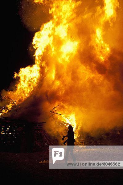 verbrennen  werfen  Nacht  Großbritannien  Mensch  groß  großes  großer  große  großen  Freudenfeuer  East Sussex