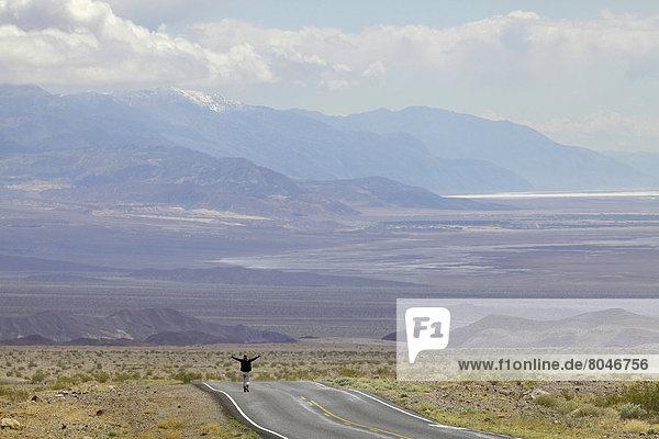 Vereinigte Staaten von Amerika  USA  leer  stehend  Frau  Fernverkehrsstraße  Wüste  jung  Death Valley Nationalpark  Kalifornien