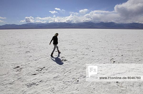 Vereinigte Staaten von Amerika  USA  Frau  gehen  jung  Death Valley Nationalpark  Kalifornien  Speisesalz  Salz