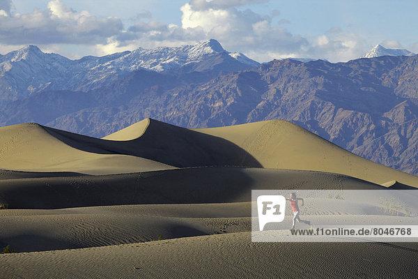 Vereinigte Staaten von Amerika  USA  Frau  Berg  rennen  Hintergrund  Sand  jung  flach  Düne  Death Valley Nationalpark  Kalifornien